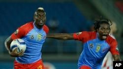 Jeremy Bokila, à gauche, vient de marquer un but et jubulent avec Dieudonné Mbakani à la CAN 2015 en Guinée équatoriale