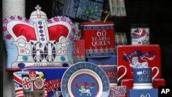 Sebuah toko memajang pernak-pernik perayaan 60 tahun bertahtanya Ratu Elizabeth II di Durham, Inggris (31/5).