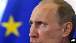러시아 상트페테르부르크에서 열린 러시아-EU 정상회의에서 연설하는 블라디미르 푸틴 러시아 대통령.