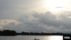 Pescadores en el rio Mekong, en Sambor. La salubridad de los ríos es una preocupación mayor para la pesca, el principal recurso alimentario para centenares de personas.