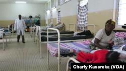 Un médecin consulte les malades de paludisme à l'hopital général de Goma, 26 mai 2017. (VOA/Charly Kasereka)