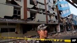 2016年4月18日厄瓜多尔曼塔商业区: 军人守卫防止抢劫