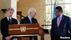 Utusan khusus PBB untuk Suriah, Staffan de Mistura (tengah) dan dua pejabat PBB lainnya ketika memberikan keterangan pers di Jenewa, Swiss, Rabu (9/3).