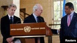 Tiga pejabat PBB urusan Suriah, dari kiri: Jan Egeland, Staffan de Mistura, dan Yacoub El Hillo memberikan pernyataan kepada media di Jenewa, Swiss mengenai kondisi di Suriah (foto: dok).