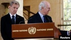 Jan Egeland (kiri) dan Staffan de Mistura memberikan penjelasan kepada media di Jenewa, Swiss (foto: dok).