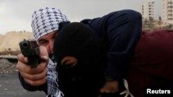Personal israelí encubierto, detiene a un manifestante palestino durante enfrentamientos en una protesta contra la decisión del presidente estadounidense Donald Trump de reconocer a Jerusalén como la capital de Israel, cerca de Cisjordania.