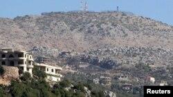 지난해 10월 레바논 남부 접경 마을 크바 슈바에서 이스라엘 군 초소가 보인다. (자료사진)