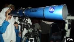 Ratusan santri di Ponpes As-Salam Sukoharjo ikut mengamati fenomena 'Bulan Darah' hari Rabu 8/10 (foto: VOA/Yudha).