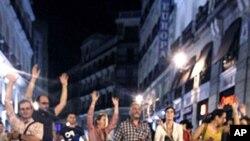 """스페인 수도 마드리드에서 루이스 데 귄도스 스페인 재무장관의 구제금융 신청에 항의하는 시위대. 싸인판에는 """"빚도 없고 값을 돈도 없다""""는 구호가 쓰여져있다."""