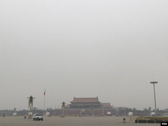 """政协会议开幕当天,北京空气污染严重,没有出现往年当局刻意营造的""""两会蓝""""。(美国之音叶兵拍摄)"""