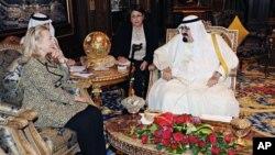 A wan nan hoto Sarki Abdullah na Saudiyya ne daga hanun dama yake ganawa da sakatariyar harkoki wajen Amurka Hillary Clinton.