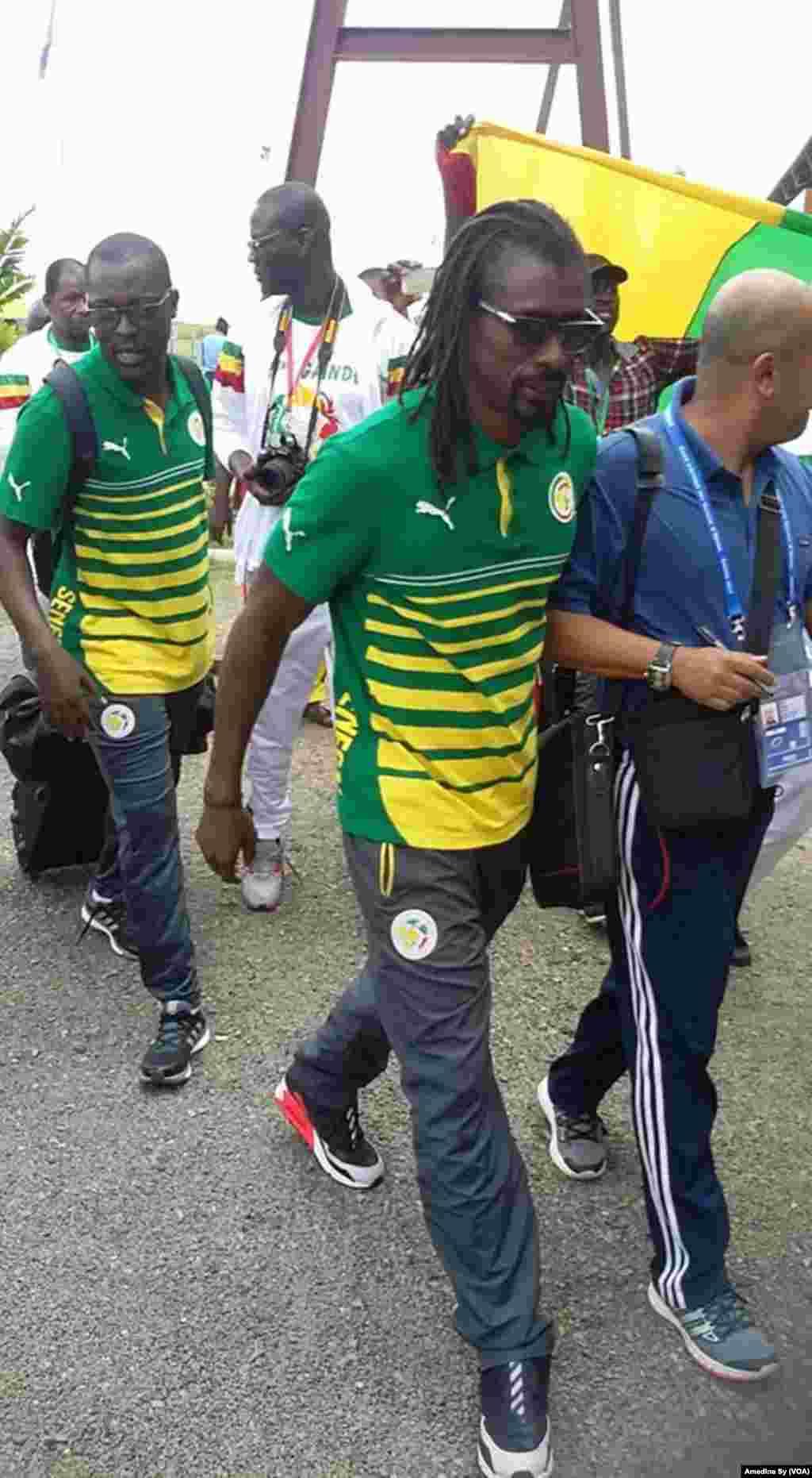 Aliou Cisse arrive au Gabon pour la CAN 2017, Franceville, le 12 janvier 2017 (VOA/Amedine Sy)