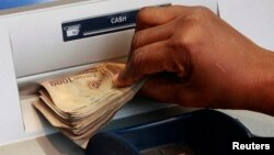 Wani dan Nijeriya na amsar kudi a wani bani.