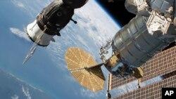 Dalam foto yang dirilis NASA tampak kru pesawat antariksa Rusia, Soyuz MS-09 (kiri) dan pesawat kargo Cygnus yang terpasang di Stasiun Luar Angkasa Internasional, 24 Juni 2018.