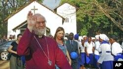 Tổng giám mục Canterbury Rowan Williams đến thăm một nhà thờ Anh giáo ở Malawi