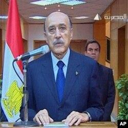 ຮອງປະທານາທິບໍດີ Omar Suleiman ປະກາດ ຂ່າວການລາອອກ ຂອງປະທານາທິບໍດີ Hosni Mubarak, ວັນສຸກ ທີ 11 ກຸມພາ 2011, ທີ່ ນະຄອນຫລວງ Cairo, ປະເທດ Egypt. (AP Photo/Egypt TV)