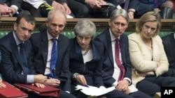 La première ministre britannique, Theresa May (au centre), lors d'une session parlementaire à la Chambre des communes, à Londres, le 3 avril 2019.
