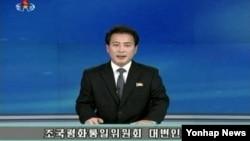 한국 정부가 제안한 이산가족 상봉을 위한 실무접촉 제안에 관해, 18일 북한 조선중앙TV 아나운서가 조평통대변인 담화를 발표하고 있다.