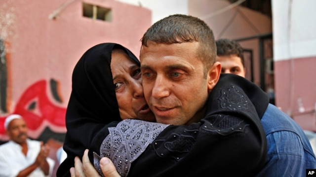 Released Palestinian prisoner Nehad Jondiya hugs his sister, after 24 years spent in an Israeli jail, at his family house in Gaza City, Aug 14, 2013.