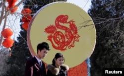 北京地坛一对新人结婚。