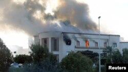 خودکش حملے کے بعد وزارتِ خارجہ کی عمارت کی بالائی منزل سے دھواں اٹھ رہا ہے۔