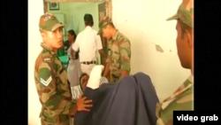 印度中部地区的一个军方大型弹药库星期二凌晨发生火灾,伤者送进医院治理 (视频截图)