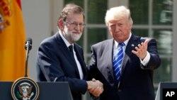 Prezidan ameriken an Donald Trump, adwat, kap bay Premye minis Espay la, Mariano Rajoy, lamen nan lakou Lamezon Blanch, 26 septanm 2017.