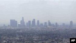 Polución del aire causada en la ciudad de Los Ángeles por el humo de motores de automóviles y otras fuentes contaminantes.