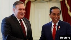 Indonesia's President Joko Widodo, right, shakes hands with U.S. Secretary of State Mike Pompeo before their meeting at the Presidential Palace in Jakarta, Indonesia, Aug. 5, 2018.