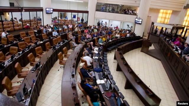 Politicians participate in the first session of the 30th Legislature at the Nicaraguan parliament building in Managua, Jan. 28, 2014.