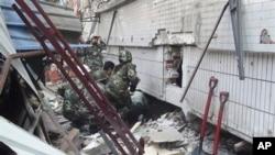 救援人員在地震災區進行搜救工作