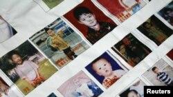 Các bức ảnh các em bé bị mất tích ở tỉnh Quảng Đông. (REUTERS/Bobby Yip)