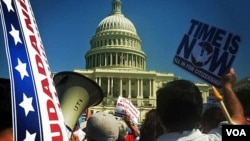 Pro-immigration rally in front of the U.S. Capitol in Washington, April 10, 2013. (K. Woodsome/VOA)