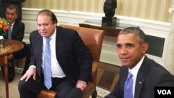 Pakistan's Prime Minister Nawaz Sharif (l) and President Barack Obama at the White House, Oct 22, 2015 (VOA photo - Aru Pande).