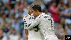 Cristiano Ronaldo celebra con Karim Benzema su gol en el partido frente al Barcelona.