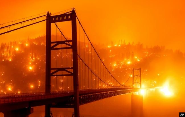 9 Eylül'de California'nın Oroville kentinde Bear Fire yangını, Bidwell Bar köprüsünden bu şekilde görüntülendi. Yıldırım fırtınası nedeniyle çıkan yangın hızla geniş bir alana yayıldı.