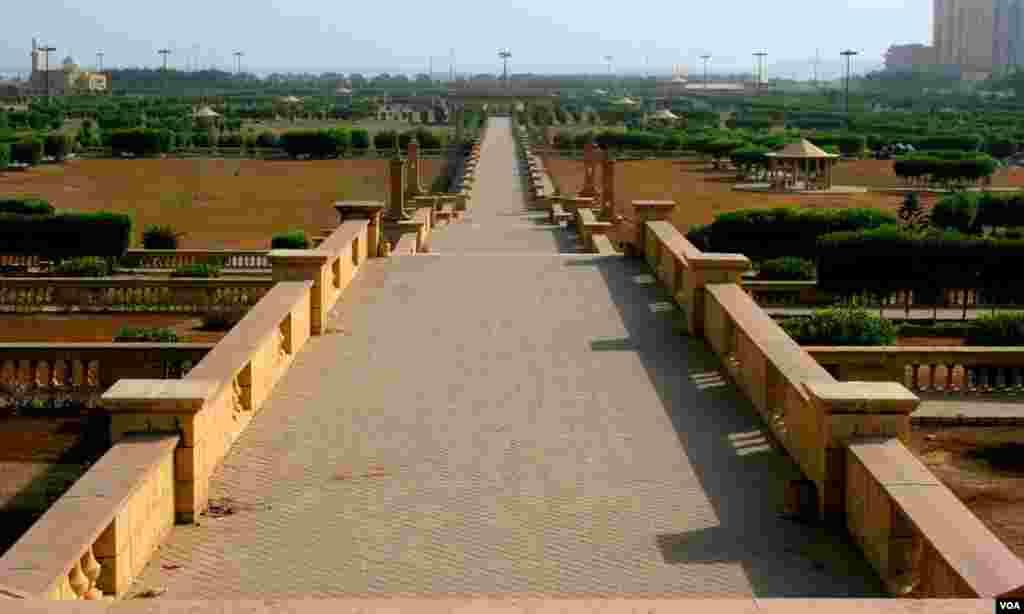 جہانگیر کوٹھاری پریڈ سے سمندر کے کنارے تک سیٹرھی در سیڑھی اترتا طویل راستہ جو اب باغ ابن قاسم کے وسط میں آگیا ہے ۔