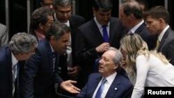 Ketua Mahkamah Agung Ricardo Lewandowski (duduk) berbicara dengan para senat dalam diskusi pemakzulan Presiden Rousseff di Brasilia, Brazil Selasa (9/8).