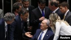 지우마 호세프 브라질 대통령 탄핵심판을 주재하는 히카르두 레반도프스키(앉은 이) 대법원장이 지난 9일 상원의원들과 의견을 나누고 있다. (자료사진)