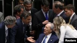 Le président de la Cour suprême, Ricardo Lewandowski (assis) parle aux sénateurs de la possible destitution de la présidente suspendue Dilma Rousseff à Brasilia, Brésil, le 9 août 2016.