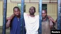 Omar Mwamnuadzi (C), chef de file de groupe séparatiste Conseil républicain de Mombasa (MRC) arrive aux cellules de justice de la loi avec les membres du groupe à la région côtière du Kenya le 15 octobre 2012.