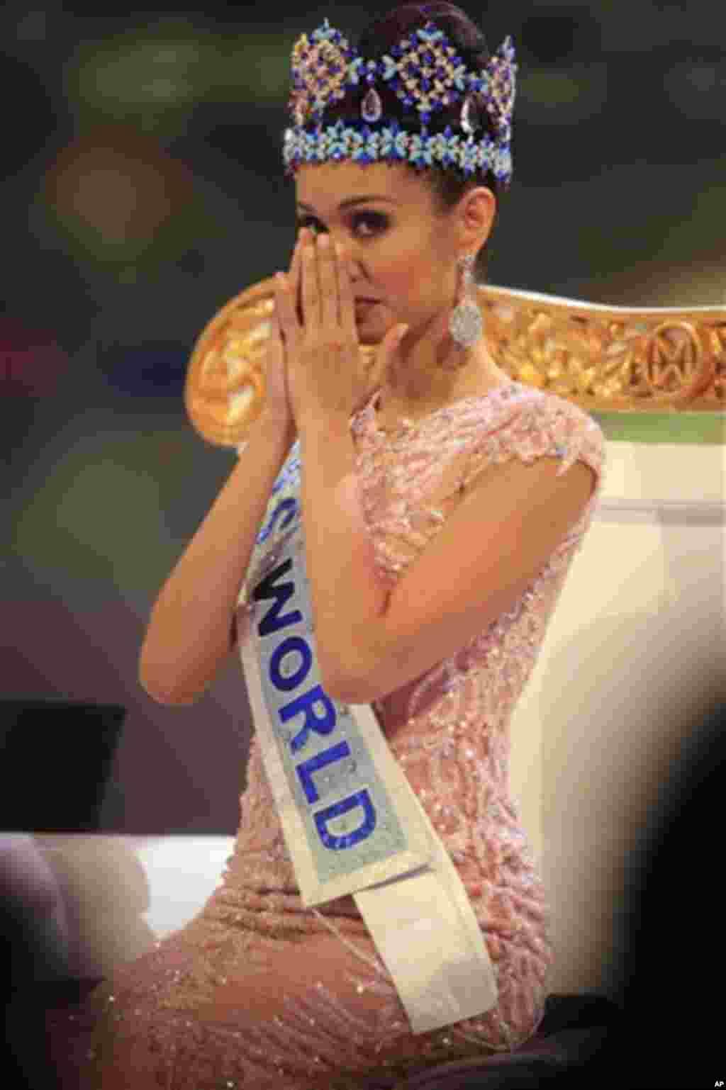 مس ورلڈ ۲۰۱۳ کیلئے نامزد ہونے والی فلیپائن کی میگن ینگ اپنے آنسو پوچھتے ہوئے۔