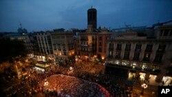 Masyarakat berkumpul di sekitar tumpukan bunga, lilin-lilin dan pesan-pesan di Las Ramblas untuk mengutuk aksi terorismen yang menewaskan 15 orang di Barcelona, Spanyol, 26 Agustus 2017.