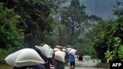 Nạn nhân lụt ở Sri Lanka nhận lương thực cứu trợ từ WFP