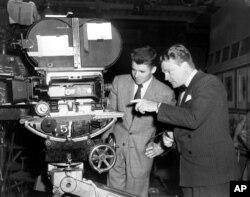 지난 1945년 오디머피(왼쪽)가 제임스 캐그니와 함께 영화촬영용 카메라를 살펴보고 있다.