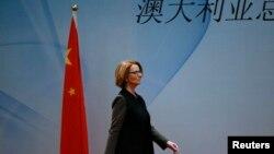 Ավստրալիայի վարչապետ Ջուլիա Գիլարդն անցնում է Չինաստանի դրոշի կողքով (արխիվային լուսանկար)