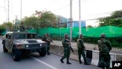 Tentara Thailand berjaga-jaga di luar kantor Pusat Administrasi Perdamaian dan Ketertiban (CAPO) setelah merebutnya Selasa (20/5). (AP/Wason Wanichakorn)