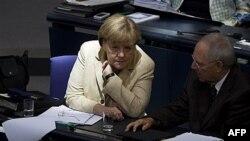 Nemačka kancelarka Angela Merkel i ministar finansija Volfgang Šojble tokom debate o finansijskoj pomoći evropskim zemljama, zapalim u krizu. 29. septembar 2011.
