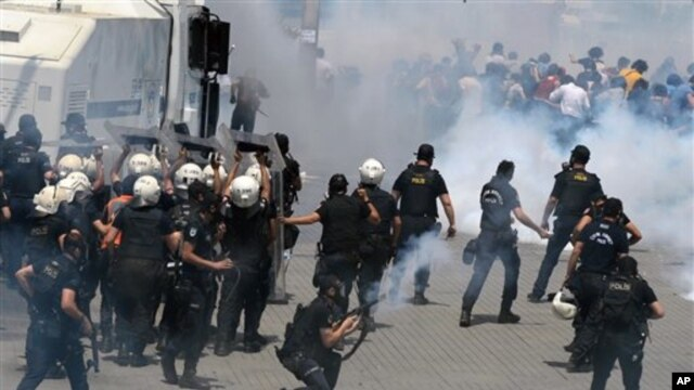 Riot police clash with demonstrators at an Istanbul park, Turkey, May 31, 2013