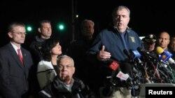 Cảnh sát trưởng Boston Ed Davis đứng cạnh Thị trưởng Boston (ngồi) trong một cuộc họp báo.